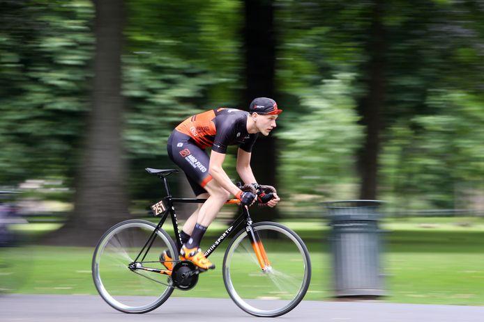 Jeffrey Doornbusch (31) blinkt uit in het wielrennen in de categorie 'fixed gear'.