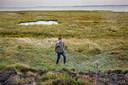 Evert Boogaard aan de Oostersteijnweg in Oosterland, de plek waar hij het lichaam van Sabrina Pelizzon heeft gevonden.