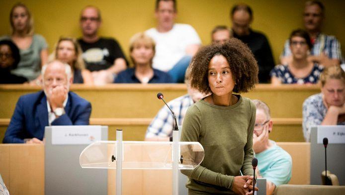 Raadslid Juliette Rot tijdens een extra raadsvergadering in het stadhuis van de gemeente Zaanstad
