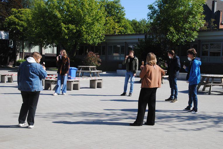 De studenten smullen van een ijsje, uiteraard op een veilige afstand van elkaar.