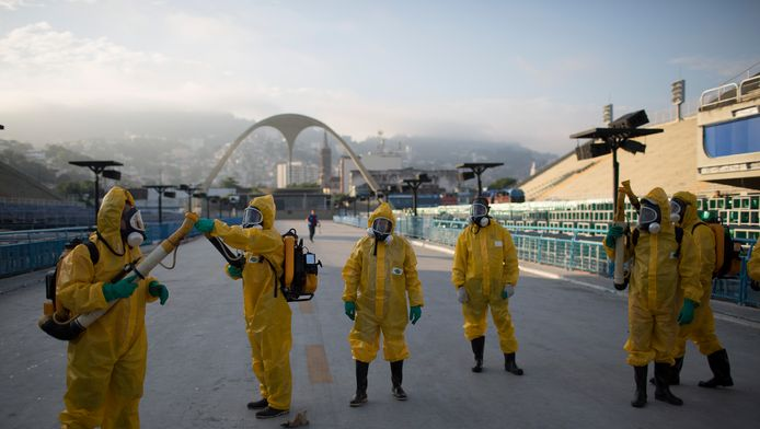 Gezondheidswerkers spuiten insectenafweermiddel in de buurt van de Sambadroom in Rio de Janeiro.