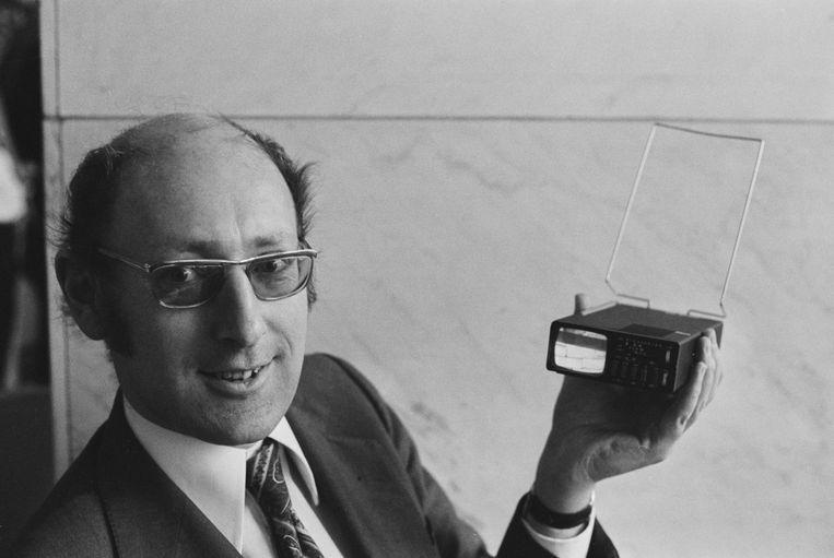 Sir Clive Sinclair met de voorganger van de later geflopte TV80, de Sinclair MTV1 Micro Vision 'pocket television' uit 1977. Beeld Getty