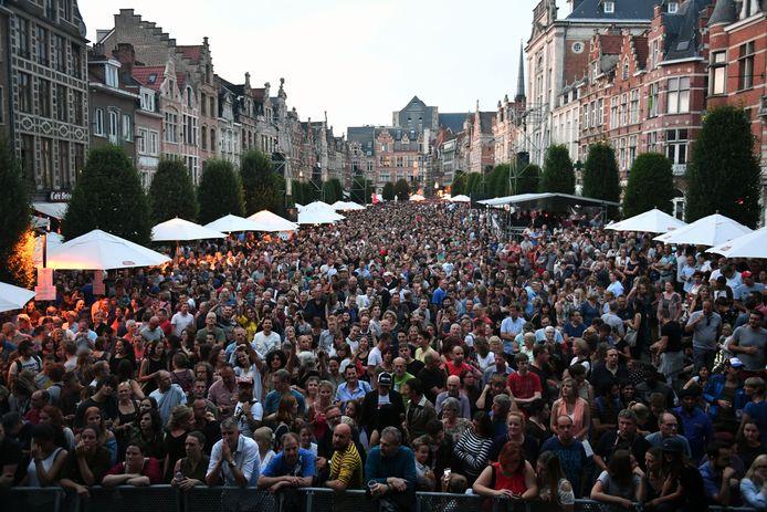 Dit prachtige beeld zullen we nog een jaartje moeten missen want de stad Leuven gaat geen concerten organiseren op de Oude Markt deze zomer.