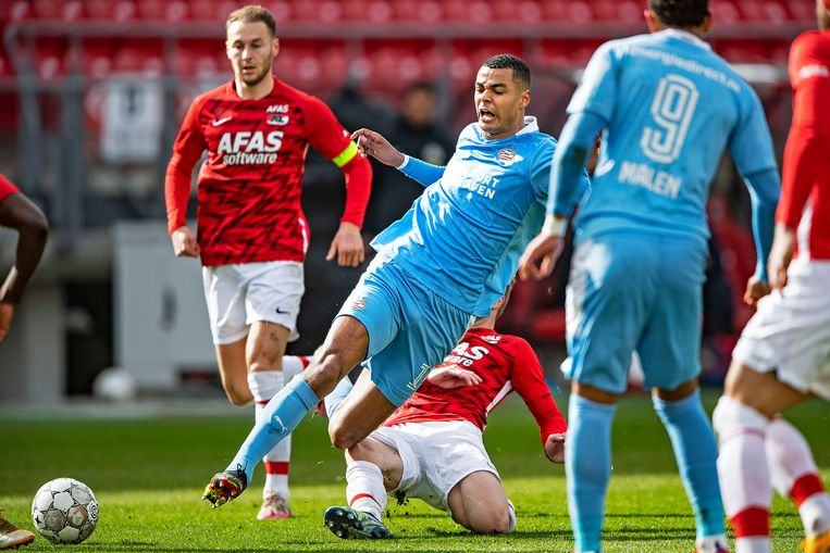 Cody Gakpo van PSV wordt onderuit gehaald voor Fredrik Midtsjø van AZ.  Beeld Guus Dubbelman / de Volkskrant