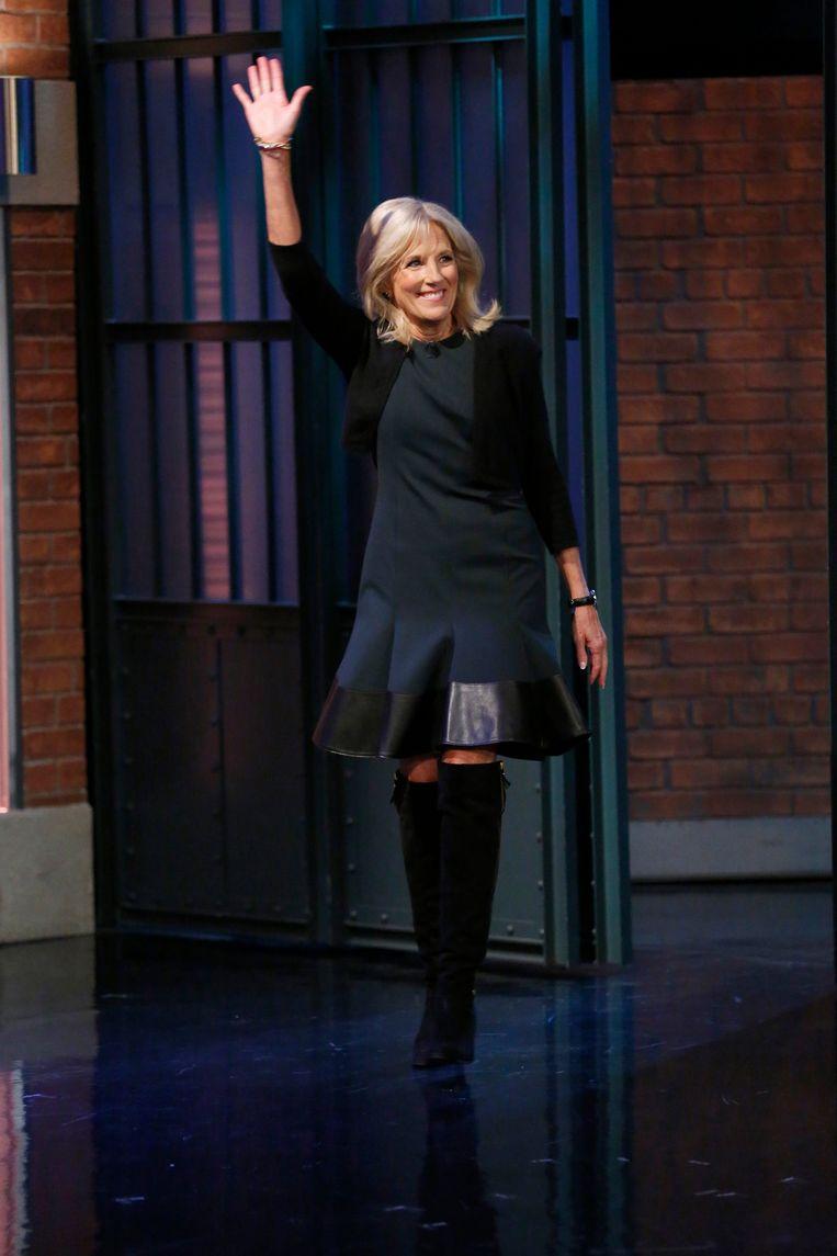 Jill Bidens kenmerkende zwarte, suède laarzen verruilt ze 's avonds voor opvallende Valentinostiletto's of Diorslingbacks.  Beeld Getty Images