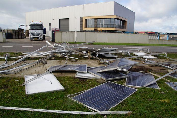 Alle 42 zonnepanelen van het dak van Veldman Hasselt Beton vlogen meters door de lucht voor ze op de grond smakten. En dat zonder iets of iemand te raken.