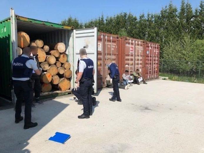 Na het aantreffen van de vijf personen werd de politie van Klein-Brabant erbij gehaald.