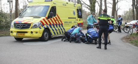 Wielrenner gewond naar ziekenhuis na aanrijding met bestelbusje in Nijkerk