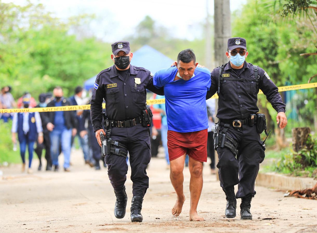 Oud-politieagent Hugo Ernesto Osorio wordt op 8 mei gearresteerd op verdenking van het vermooden van tien mensen in Chalchuapa, El Salvador.