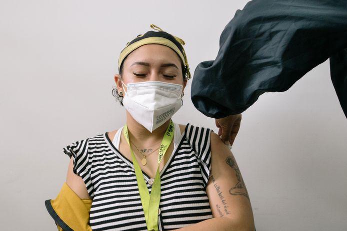 Een jonge zorgwerker krijgt al een vaccinatie in Venezuela. Jongere mensen met laag ziekterisico kunnen helpen het virus te blokkeren en dan hoeft mogelijk onze vrijheid niet opnieuw aan banden worden gelegd.
