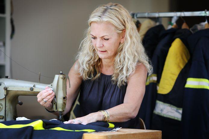 Modeontwerpster Janine Nieuwkoop hergebruikt oude kledingstukken en maakt er iets nieuws van.