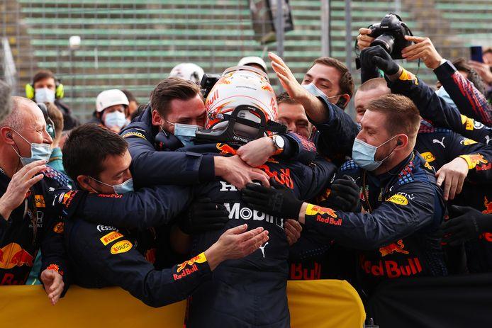 Het team van Red Bull Racing viert de overwinning van Max Verstappen in Imola.