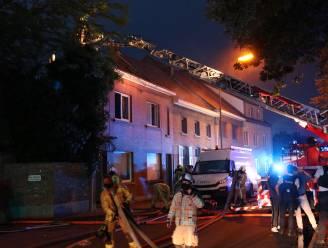 Gezin krijgt noodwoning van gemeente nadat achterbouw in vlammen opgaat
