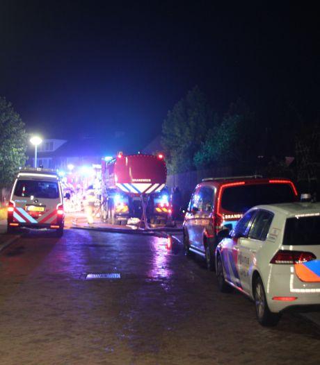 Felle brand onder carport naast woning in Nijverdal