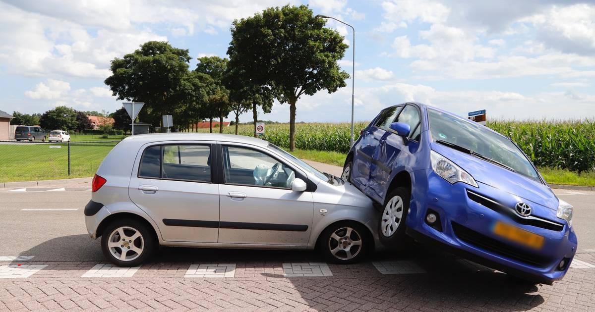Autos belanden op elkaar bij botsing in Overloon.