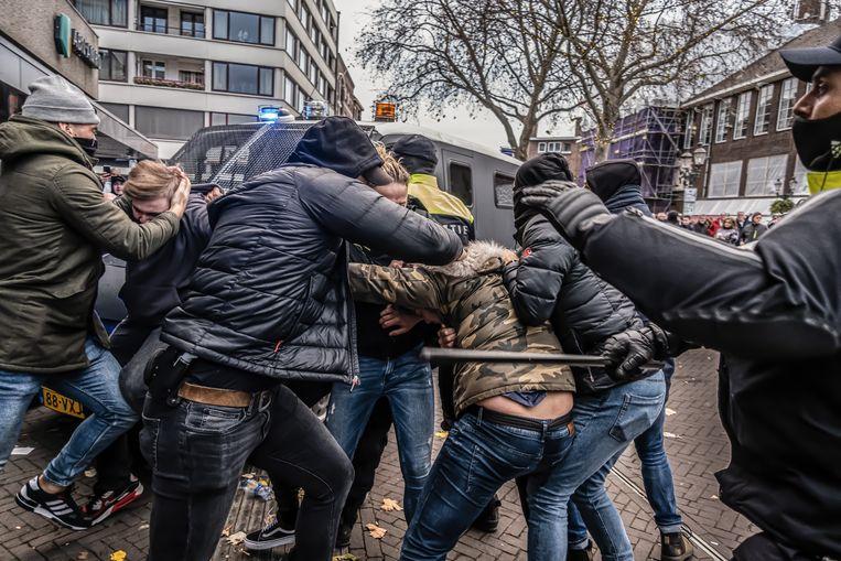 Eind november vorig jaar grijpen politieagenten in burger in bij een demonstratie van Kick Out Zwarte Piet in Venlo. Beeld Joris van Gennip