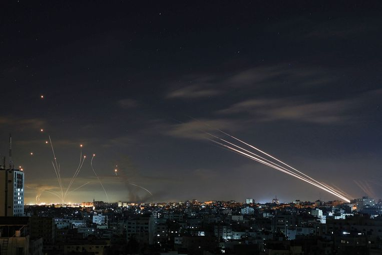 Het Israëlische luchtafweersysteem Iron Dome onderschept raketten die zaterdagnacht door Hamas vanuit de Gazastrook worden afgevuurd op Israël. Beeld AFP