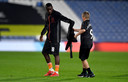 Nkounkou geeft zijn shirt aan een jonge Everton-fan.