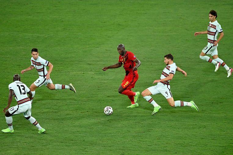 Romelu Lukaku, 'een schitterende bonk van een spits', te midden van Portugese verdedigers. Beeld BELGA