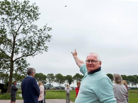 Ludiek protest tegen windenergie; 'Kijk, zo hoog zijn die 240 hoge molens'