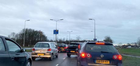 Twee auto's botsen op elkaar op A28 bij Zwolle