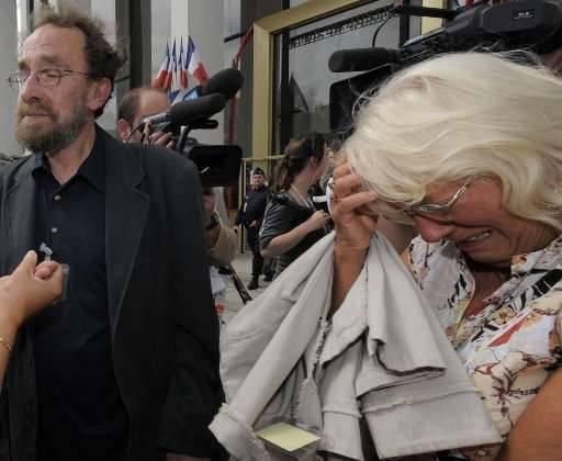 Emotie bij familie en vrienden van de slachtoffers: links Francis Brichet (vader Elisabeth)