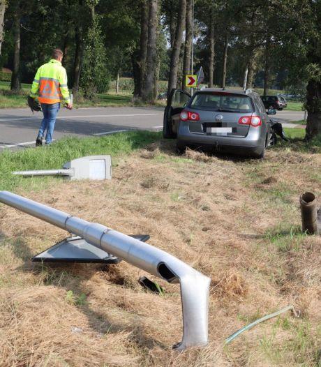 Politie pakt automobilist op nadat hij lantaarnpaal uit de grond rijdt