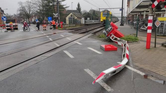 Vrachtwagen rijdt opnieuw tegen slagboom: tientallen treinen lopen vertraging op