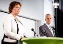 Voorzitter van de evaluatiecommissie, Liesbeth Spies, en interim partijvoorzitter Marnix van Rij (r) tijdens de persconferentie.