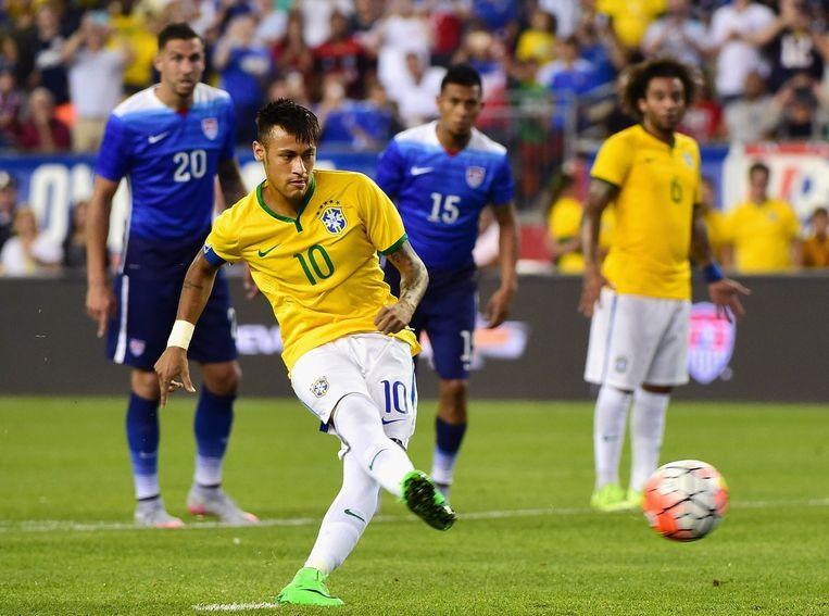 Neymar schiet de penalty binnen. Beeld afp
