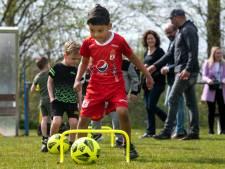 Burgemeester Marcouch tijdens open dag van FC Peuter Profs: 'Wij hadden vroeger ook geen geld voor de voetbalclub'