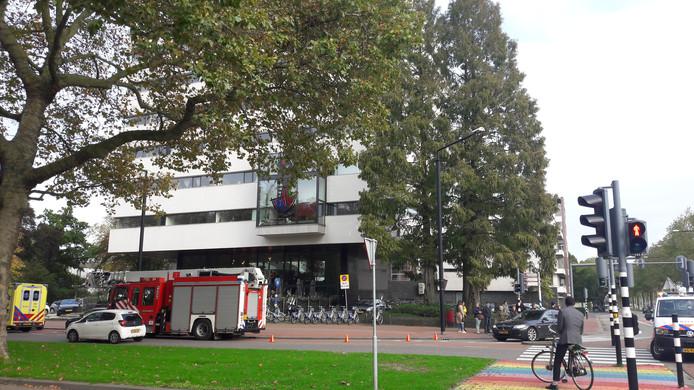 Brandweer, ambulance en politie kwamen snel ter plaatse nadat er een brandmelding was gemaakt in een van de appartementen boven café Buddingh in Dordrecht.