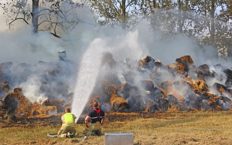 De balen graskuil konden maar moeilijk geblust worden omdat er onvoldoende druk op de waterleiding zat.