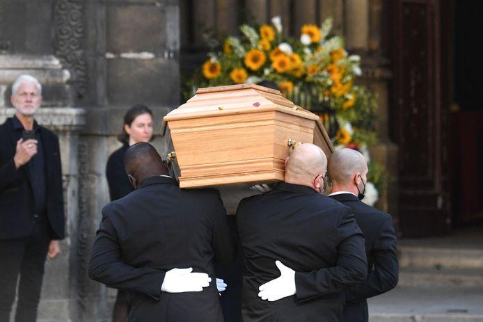 La dépouille de Bernard Tapie arrive à l'église Saint-Germain-des-Pres à Paris pour une messe commémorative, le 6 octobre 2021.