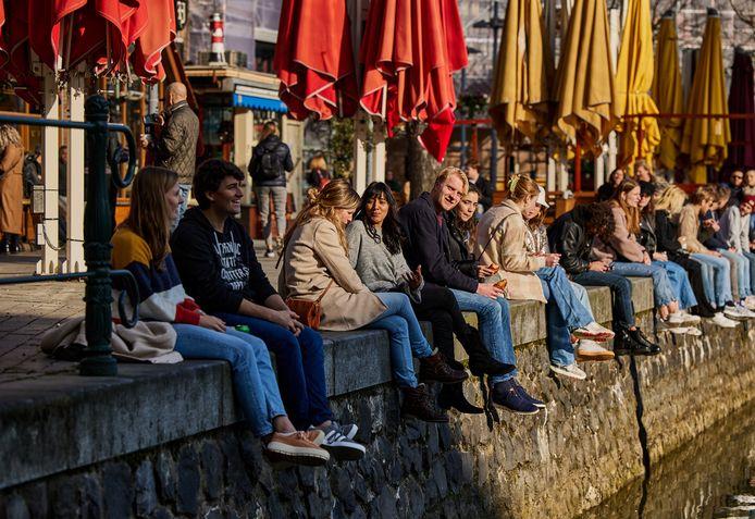 De terrassen zijn dicht, maar mensen genieten van het zonnetje en een afgehaald drankje aan de Oude Haven.