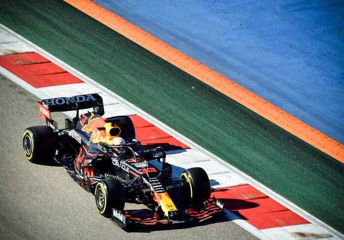 Max Verstappen stuurt zijn auto over het circuit van Sotsji.