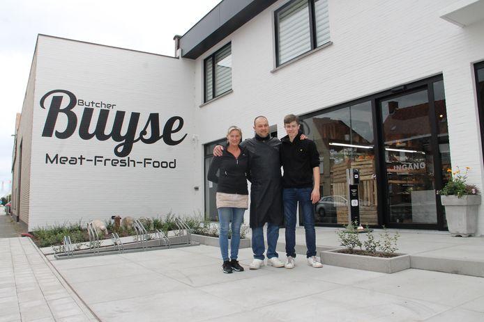 Slager Bart Buyse, zijn vrouw Nathalie en zoon Lewie bij de nieuwe zaak in de Oostrozebekestraat in Ingelmunster.
