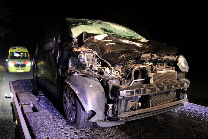 De auto werd na de botsing met een hert door een berger meegenomen.