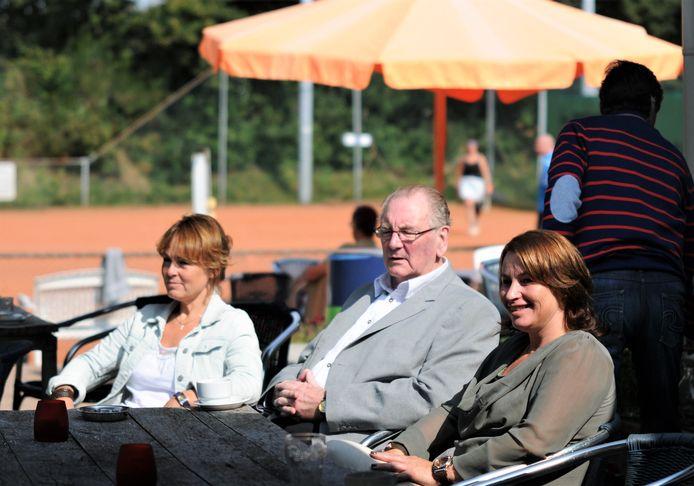Cor Vleeming te midden van.bestuursleden tennisclub De Slenk in Wolfheze.