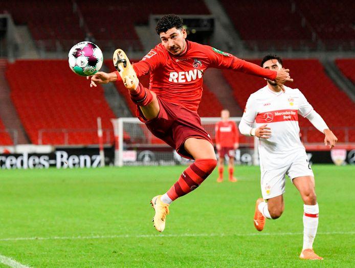 Dimitrios Limnios in actie namens Köln in het duel met VfB Stuttgart.