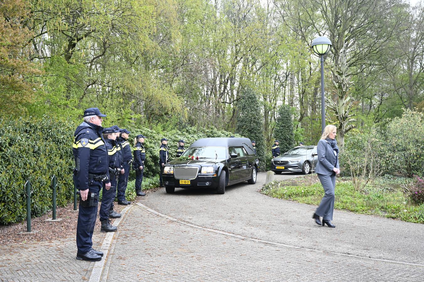 Een erehaag van politiemensen wachtte de rouwauto met Dick Roelofs op bij het crematorium.