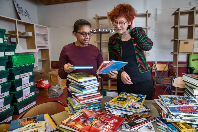 Initiatiefnemers Ilina Fernandes en Joke van der Zwaard van de particuliere Jeugdbieb in het Rotterdamse Oude Westen. Beeld Arie Kievit