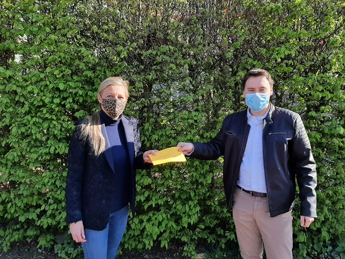 Boris Van Echelpoel (voorzitter Zoerselse Vlaams Belang-jongeren) overhandigt de resultaten van de enquête aan onafhankelijk welzijnsschepen Cindy Van Paesschen