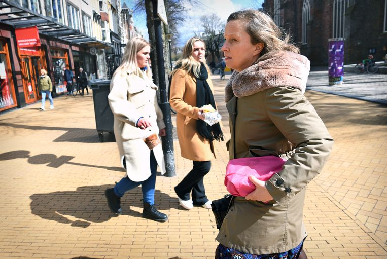 Met de vaccins in de hand de stad door. Beeld Marcel van den Bergh / de Volkskrant