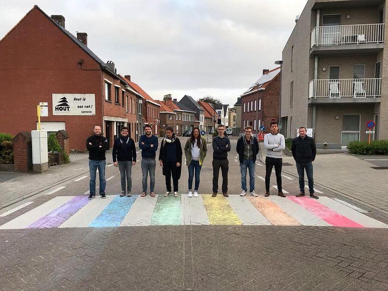 Allen 8830 tekende een regenboogvlag op een zebrapad in het kader van de de Internationale Dag tegen Homofobie en Transfobie.