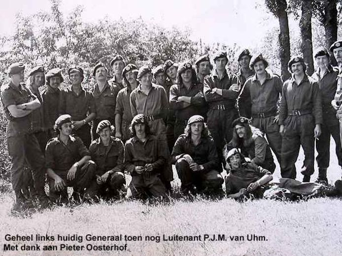 Het 48ste Pantserinfanteriebataljon, met uiterst links pelotonscommandant Peter van Uhm en in het midden, achterste rij Wim van Leest.