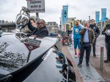 EK-beker aangekomen in Amsterdam voor start van rondje Europa