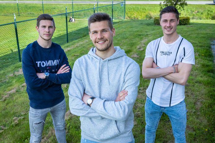 De drie voetballende broers Jochem, Job en Jesse Schuurman (van links naar rechts), thuis in Bemmel. Thuis gaat het altijd over voetbal.