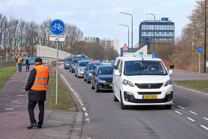 Rijinstructeurs in Rijswijk vragen om aandacht voor hun branche.