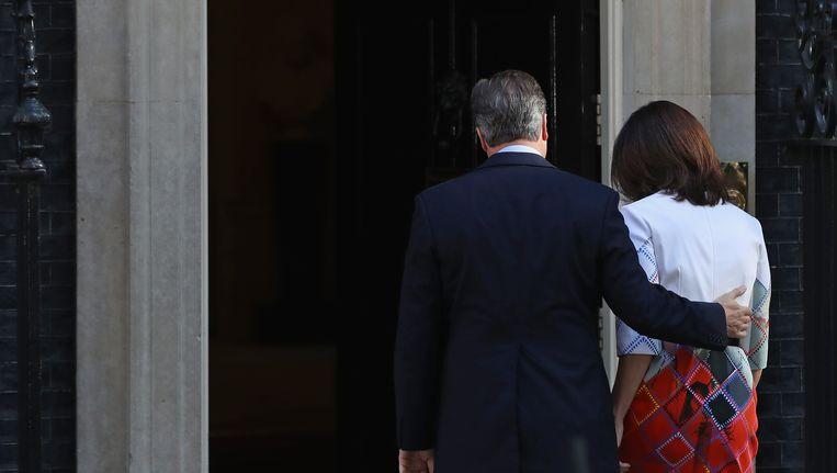 David Cameron en zijn vrouw, na de speech waarin de eerste minister zijn ontslag aankondigt. Beeld Getty Images